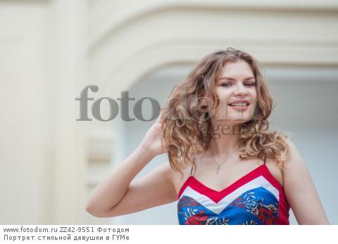 Портрет стильной девушки в ГУМе