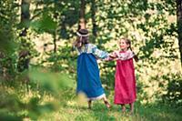 Девочки танцуют на природе в русской народной одеж