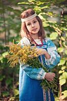 Девочка с цветами в русской народной одежде