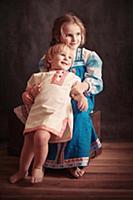 Девочка и мальчик в русской народной одежде