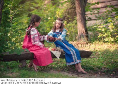 Девочки с цветами в русской народной одежде