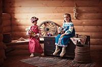 Девочки играют в куклы в русской народной одежде
