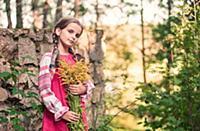 Портрет девочки с цветами в русской народной одежд