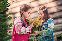 Девочки с цветами в русской народной одежде разгов