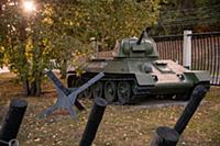 Танк стоит под деревом в музее военной техники на