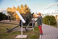 Девочка и мальчик гуляют в парке на Поклонной Горе