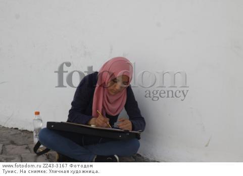 Тунис. На снимке: Уличная художница.