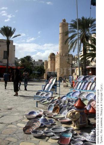 Тунис. На снимке: Улица в городе Сусс.
