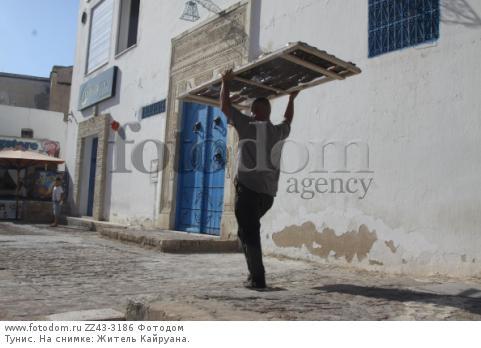 Тунис. На снимке: Житель Кайруана.