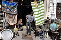 Тунис. На снимке: Продавец антикварной лавки.