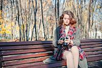 Девушка фотограф с голубыми глазами в клетчатом ша