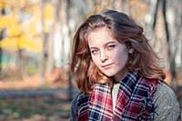 Портрет красивой девушки с голубыми глазами в клет