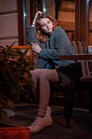 девушка c длинными волосами в сером пальто на улиц