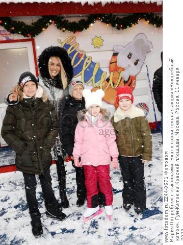 Мария Погребняк с сыновьями. Благотворительная акция «Волшебный каток». Гум-Каток на Красной площади. Москва, Россия, 11 января 2020.