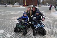 Денис Матросов с женой Ольгой и сыновьями Федором