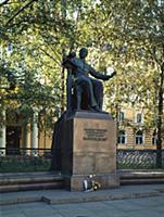Памятник П.И.Чайковскому на территории. Государств