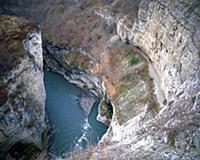 Озеро в расщелине. В горах Чечни и Ингушетии. СССР