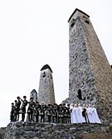 Танцевальный ансамбль на фоне башен. В горах Чечни