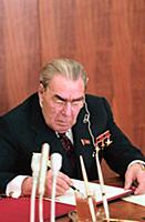 Леонид Ильич Брежнев подписывает документ. Верховн
