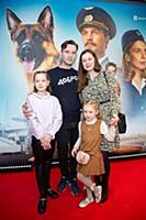 Виктор Добронравов с семьей. Премьера фильма «Паль